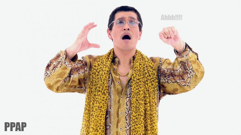 piko taro mentre canta la sua canzone pen pineapple apple pen