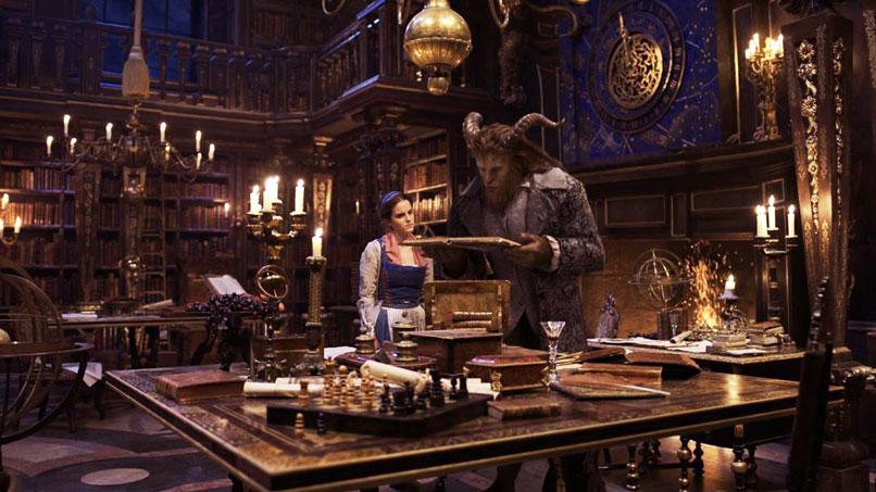 La Bella e la Bestia nella biblioteca leggo un libro